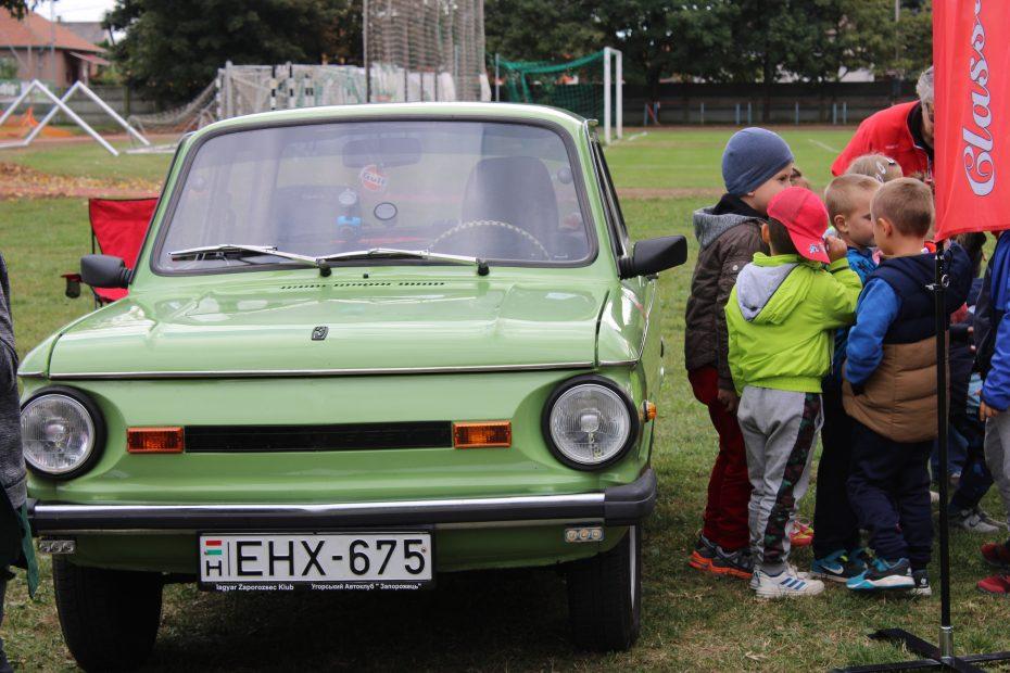Veterán autókkal ismerkedtek a diákok